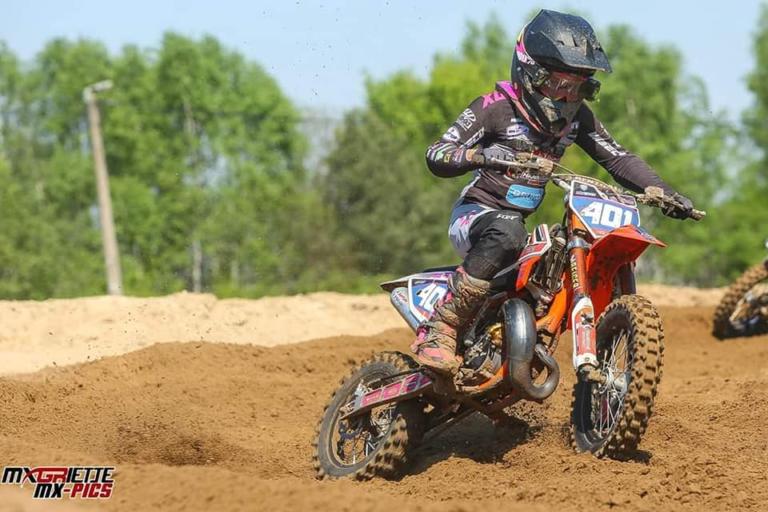 Lotte van Drunen gaat voor de winst tijdens het EK Motocross in Arnhem