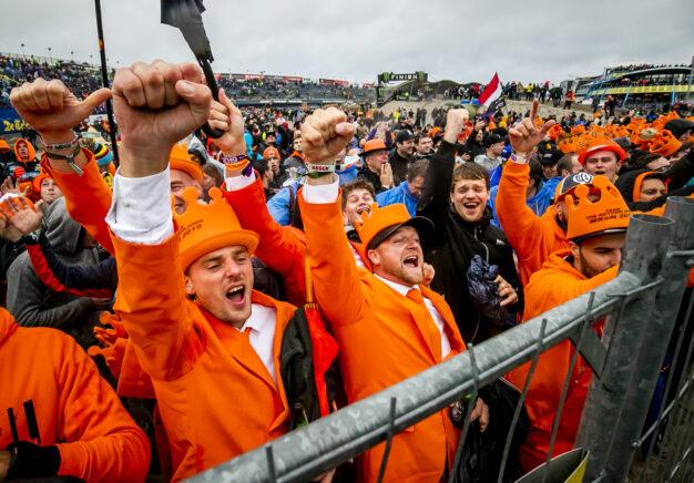 De tribunes lopen leeg, het startveld loopt vol met uitzinnige fans. (29-9-19) (foto: Remko de Waal/Red Bull)
