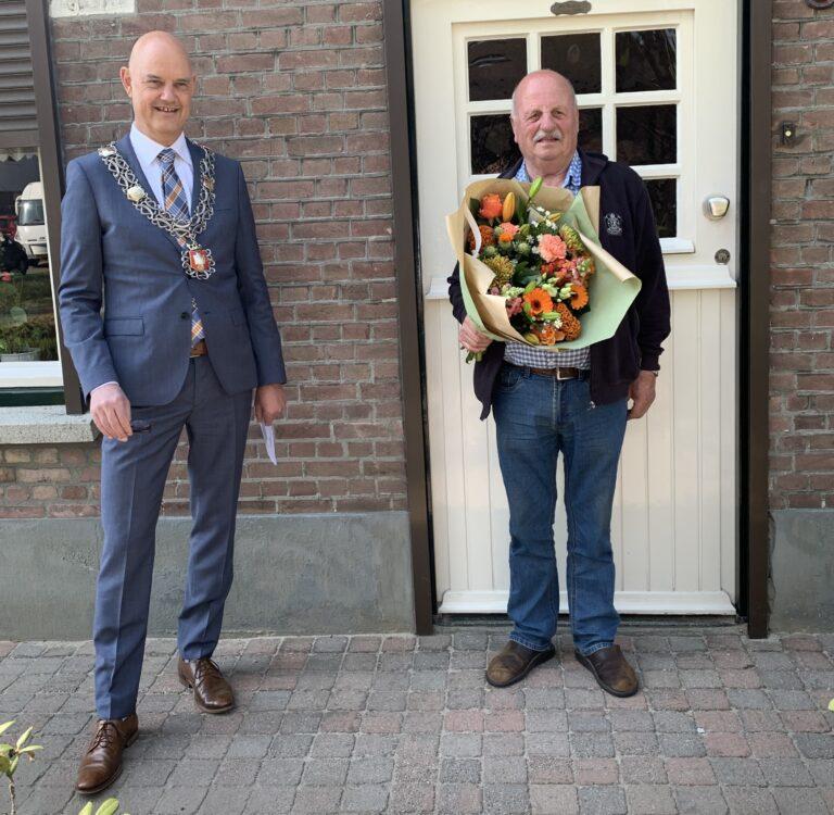 Wil van Laarhoven (rechts) met burgemeester Wouters van de gemeente Eersel